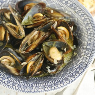 Mussels Steamed in Wine with Parsley Pesto